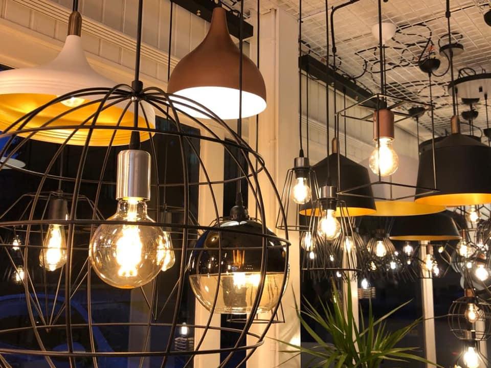 Showroom LedLoket Denekamp sfeerverlichting hanglampen - closeup lampen